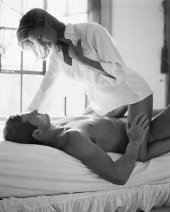 Casal na cama fazendo sexo