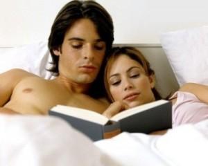 Um casal lendo um livro erótico
